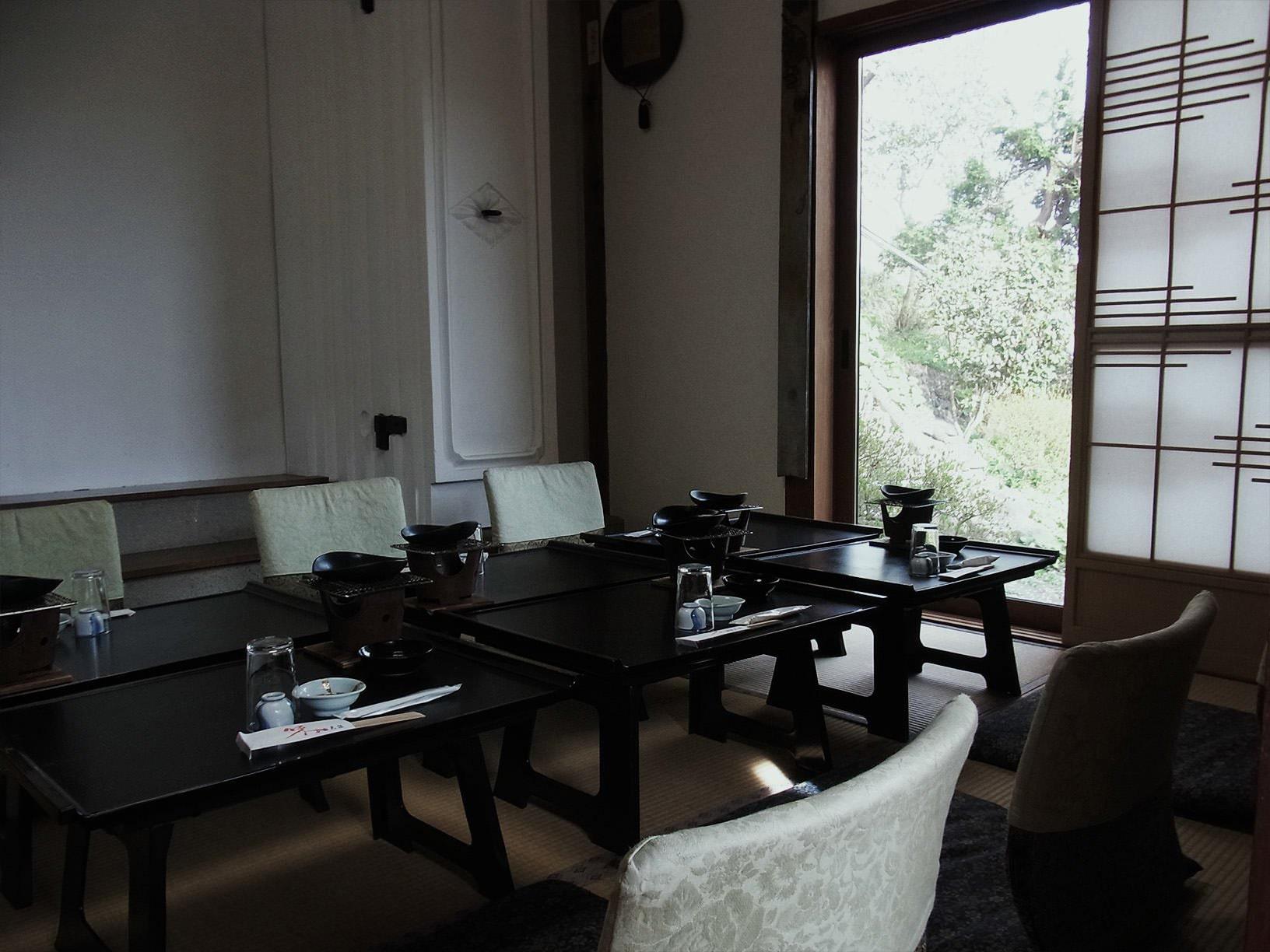 二階のお座敷は三方が大きな窓に囲まれています。東側からは四季を感じる中庭をご覧いただけ、また南側からは店名の由来でもある津軽富士を望むことができます。